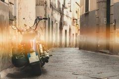 Motorfietsschrijver uit de klassieke oudheid op de straat, oude bergstraat, het conceptontwerp van de reisreis, ruimte voor de te stock foto's