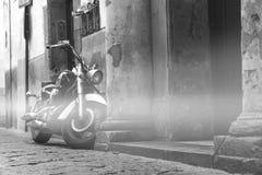 Motorfietsschrijver uit de klassieke oudheid op de straat, oude bergstraat, het conceptontwerp van de reisreis, ruimte voor de zw royalty-vrije stock afbeelding