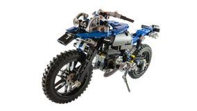 Motorfietsstuk speelgoed geassembleerd concept gebruikend legoblokken stock afbeeldingen