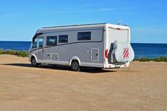 Motorhome在海滩停放的露营者货车 免版税库存照片