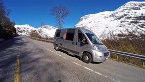 Motorhome στο δρόμο κατά την παν άποψη με τα βουνά χιονιού στο υπόβαθρο απόθεμα βίντεο