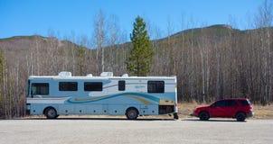 Motorhome припарковало на зоне отдыха в территориях Юкона Стоковые Изображения RF