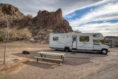 Motorhome располагаясь лагерем в пустыне Аризоны стоковое изображение rf