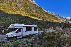 Motorhome/campervan停车处在猴子小河在Milford路向Milford Sound 库存图片