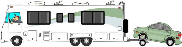 Motorhome, das ein Auto auf einem Transportwagen schleppt Lizenzfreies Stockfoto