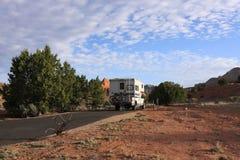 Motorhome die in het kamperen wordt geparkeerd Stock Foto's