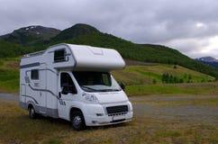 Motorhome/kampeerauto die op vakantie over Scandinavië gaan Stock Fotografie