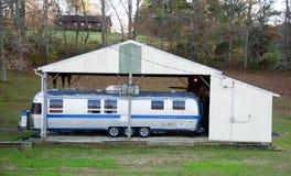 Motorhome onder een Carport wordt geparkeerd die stock afbeelding