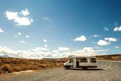 Motorhome ou estacionamento campervan pela borda da estrada, Nova Zelândia Fotografia de Stock