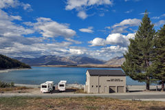 Motorhome parking brzeg jeziora przy Jeziornym Tekapo, Południowa wyspa Nowa Zelandia Fotografia Royalty Free