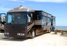 Motorhome que acampa na praia Imagens de Stock Royalty Free