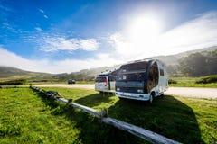 Motorhome RV и campervan припарковано на пляже стоковая фотография rf