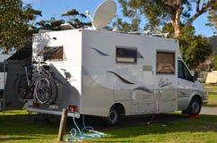 Motorhome rv bij vakantiepark dat wordt geparkeerd stock foto's