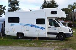 Motorhome rv die bij vakantiepark wordt geparkeerd stock afbeelding
