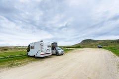 Motorhome RV och campervan parkeras på en strand Royaltyfri Bild