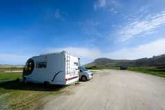 Motorhome RV och campervan parkeras på en strand Arkivbilder