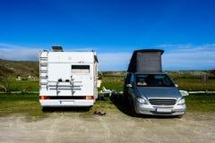 Motorhome RV och campervan parkeras på en strand Royaltyfria Bilder