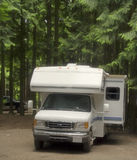 Motorhome sur un terrain de camping avec glissent-à l'extérieur images stock
