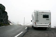 Motorhome in terreno montagnoso nebbioso Fotografia Stock