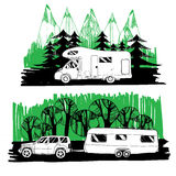 Motorhome und mit einem Anhänger auf Waldhintergrund Lizenzfreies Stockbild