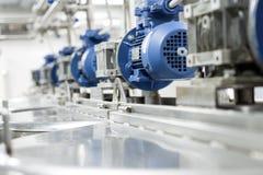 Motori elettrici sui serbatoi di acciaio per i liquidi mescolantesi, produzione moderna delle bevande alcoliche Fotografie Stock Libere da Diritti