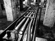 Motori, persone, macchinario e parti industriali fotografia stock