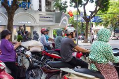 Motorini che aspettano a Hanoi, Lacoste e Air France fotografia stock libera da diritti