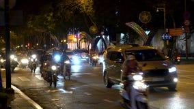 Motorini, motocicli, automobili, traffico e la gente sulle vie di notte di Ho Chi Minh City, Vietnam video d archivio