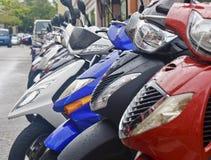 Motorini variopinti in pioggia Fotografia Stock