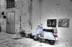 Motorino bianco in alleyway d'angolo. Fotografia Stock