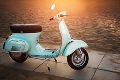 Motorino blu-chiaro alla moda della città, immagine stock