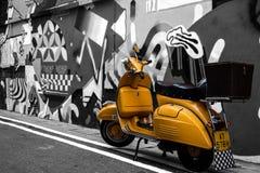 Motorino davanti alla parete dei graffiti Fotografia Stock