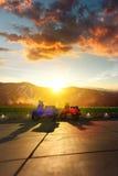 Motorino due con paesaggio della montagna nei precedenti Fotografie Stock