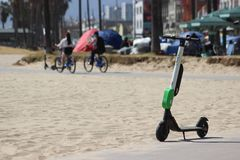 Motorino elettrico delle calce sulla spiaggia di Venezia Immagini Stock