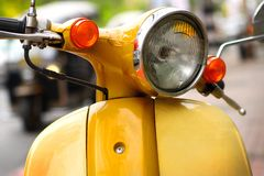 Motorino giallo sulla via Immagine Stock Libera da Diritti
