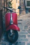 Motorino italiano d'annata in un vicolo del centro storico Immagini Stock