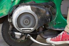 Motorino molto vecchio di inizio di scossa A con il motore a due tempi e Ventila immagine stock