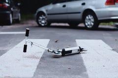Motorino sul passaggio pedonale fotografie stock libere da diritti