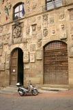 Motorino vicino alla casa antica, Italia Immagine Stock