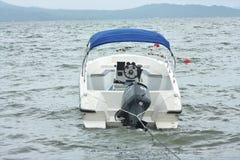 Motoriserat fartyg som parkeras av sjön arkivbild
