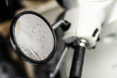 Motorisk cykeldetalj med regn Fotografering för Bildbyråer