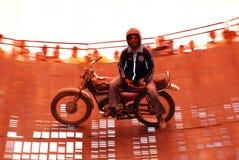 Motorisk cykelryttare på väggen av död royaltyfria foton