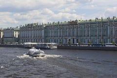 Motorisk ` för skepp`-meteor 143 på floden Neva mitt emot slottinvallningen i St Petersburg Royaltyfri Foto