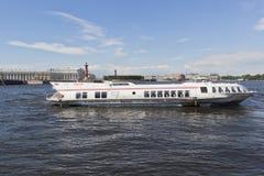 Motorisk ` för skepp`-meteor 143 på Neva River mitt emot som spottas av Vasilyevsky Island i St Petersburg Arkivfoton