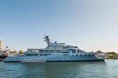 Motorisk mega yacht för lyx som är Stillahavs- på strandsidan i Fort Lauderdale Arkivfoton