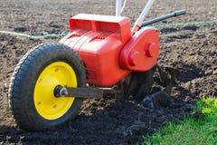 Motorisk odlare för ploga för vår Begreppet av att arbeta i trädgården och att arbeta i trädgården och att bruka, miljövänlig mat royaltyfri fotografi