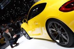 Motorisk show 2015 för gul Porsche Cayman GT4 Genève fotografering för bildbyråer