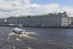 Motorisk skeppmeteor 143 på Neva River mitt emot vinterslotten i St Petersburg Arkivfoto