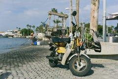 Motorisk sparkcykel på stranden i Larnaca royaltyfri bild