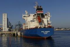 Motorisk tankfartyg i operationer på de olje- lättheterna Royaltyfri Fotografi